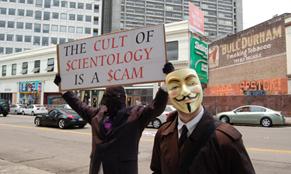 """Надпись на плакате: """"Культ сайентологии - это жульничество"""""""